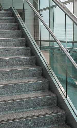 Corrimão de aluminio com vidro