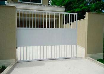 Portão de alumínio branco de correr